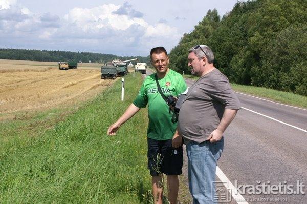 Arvydas aprodo svečiui iš Rusijos, kaip Lietuvoje kuliami kviečiai ... o gal tanko buvimo vietą.