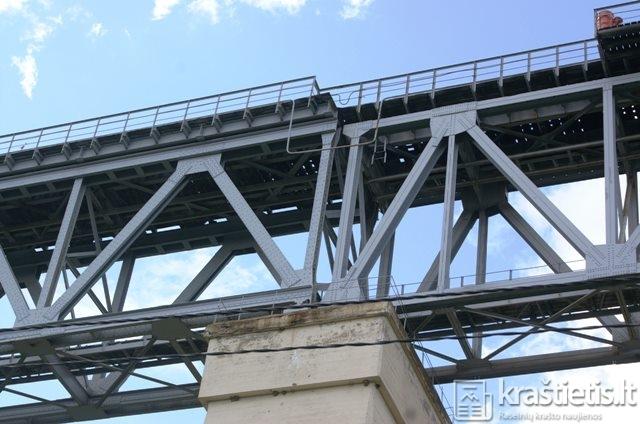 Kairėje - prieškarinio tilto konstrukcijos, dešinėje - sovietmečio laikų, naujos statybos tilto konstrukcijos